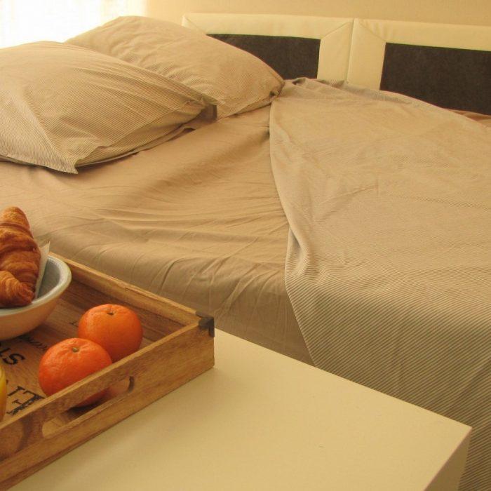un confortable canapé-lit au salon